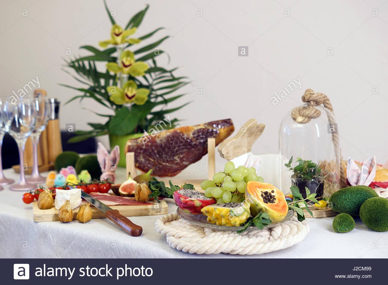 Propagation De Décoration De Table De Pâques. Le Jambon Séché. Les Fruits  Tropicaux. Les œufs Et Les Poussins, Décoration De Fleurs.