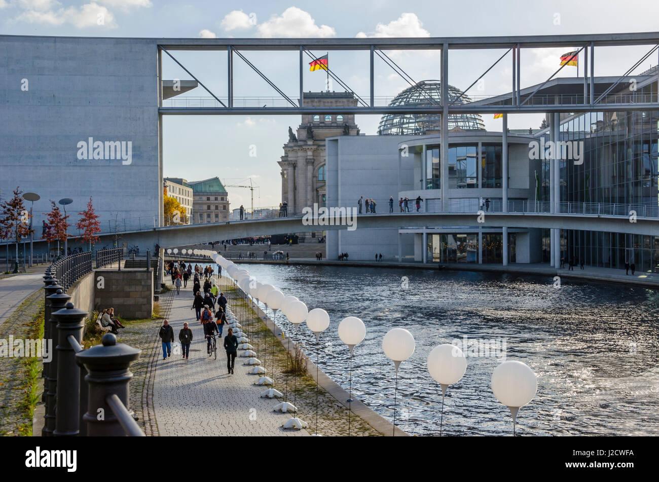 Berlin, Allemagne - le 8 novembre 2014: Les gens célébrant 25 ans chute du mur.000 ballons lumineux Photo Stock