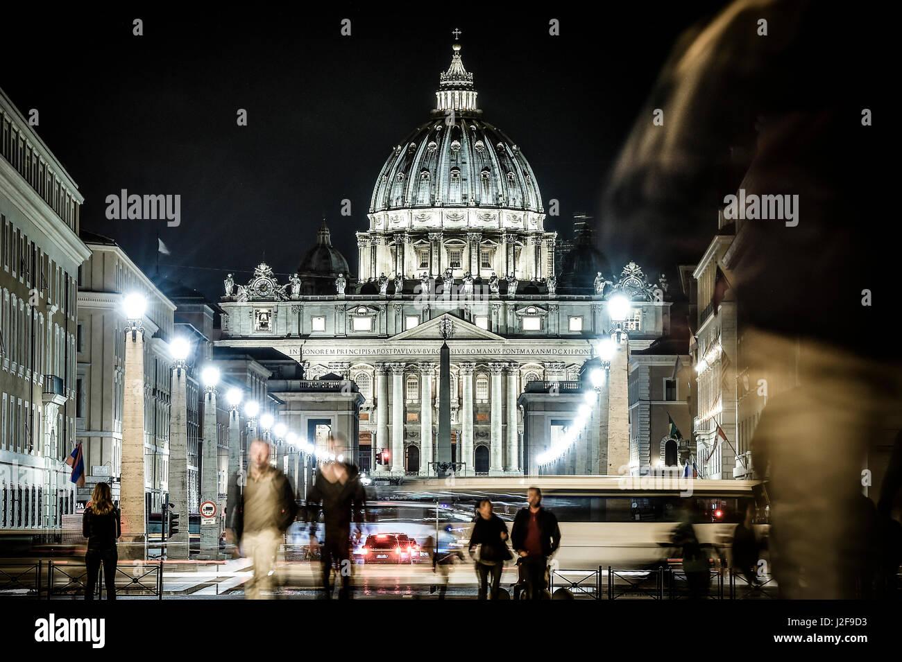 Voir l'illuminé de Basilique Saint Pierre, rue Via della Conciliazione et légèreté des voitures Photo Stock