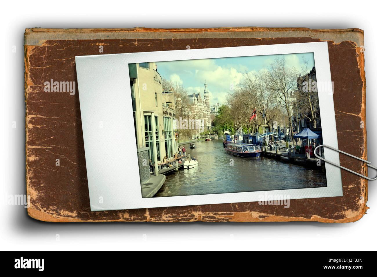 Type de carte postale vue sur le canal à Amsterdam avec des terrasses de cafés Photo Stock