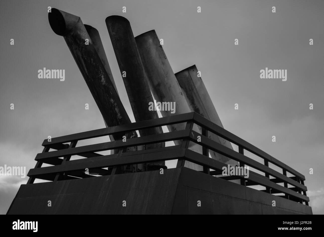 D'échappement des navires sur le ferry pour shetland. Le grand les gaz d'échappement contribue Photo Stock