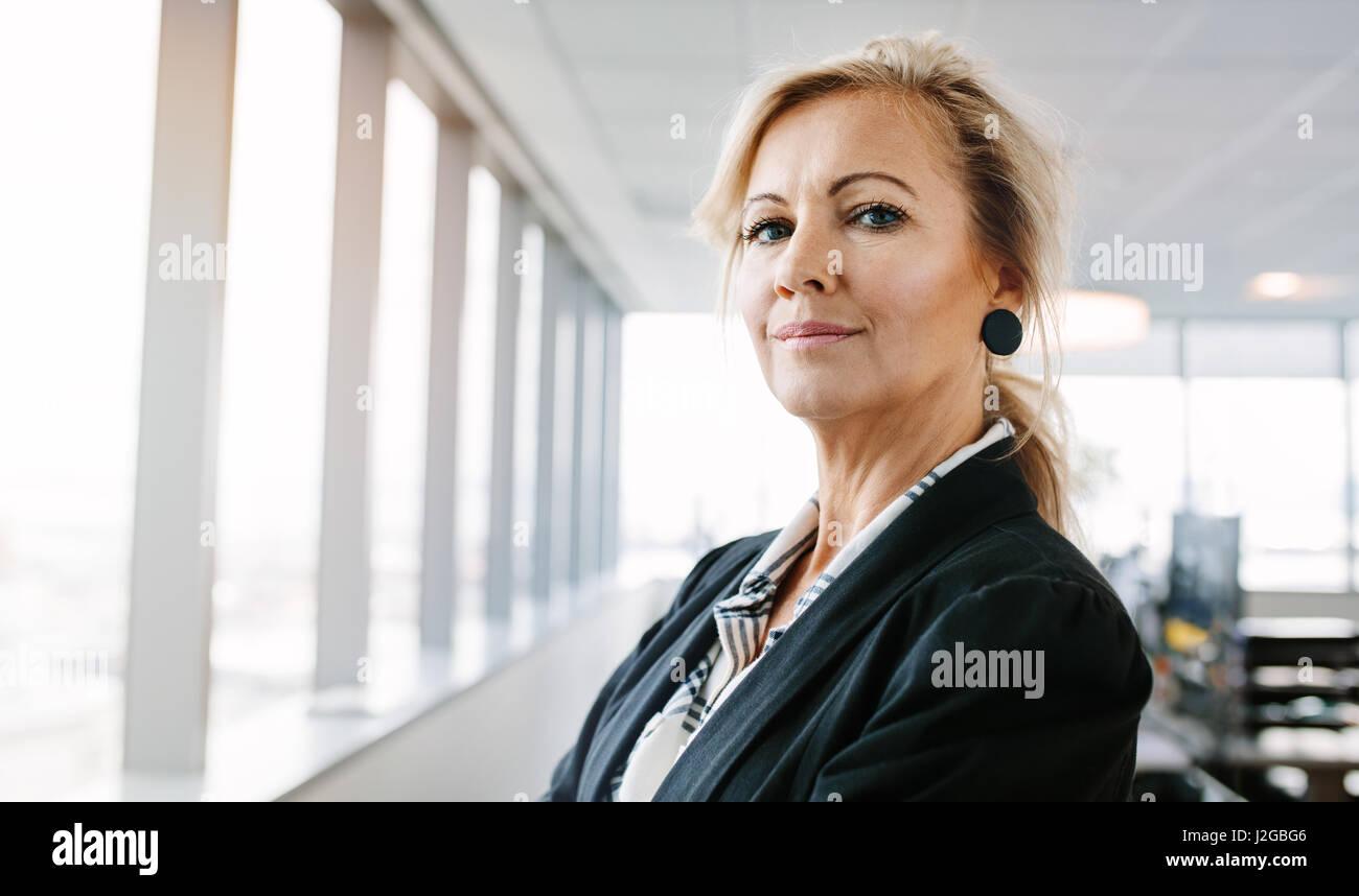 Portrait of mature businesswoman looking at camera en toute confiance. De horizontale portrait femme entrepreneur Photo Stock