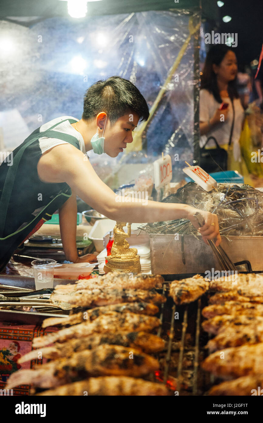 CHIANG MAI, THAÏLANDE - 27 août: le vendeur alimentaire Cuisine poissons et fruits de mer au marché Photo Stock
