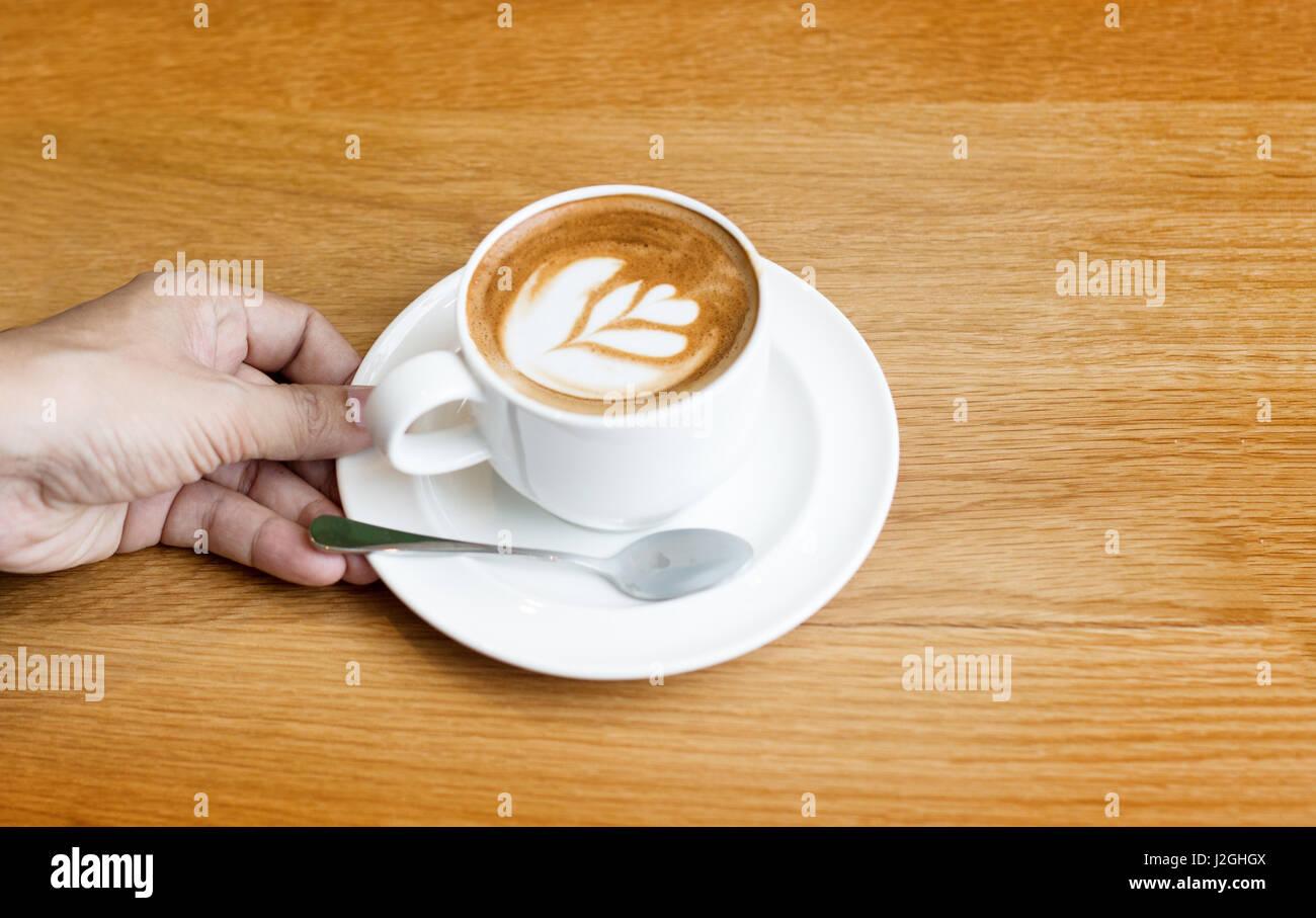 Café Latte art sur bois table et fond de l'espace de copie Banque D'Images