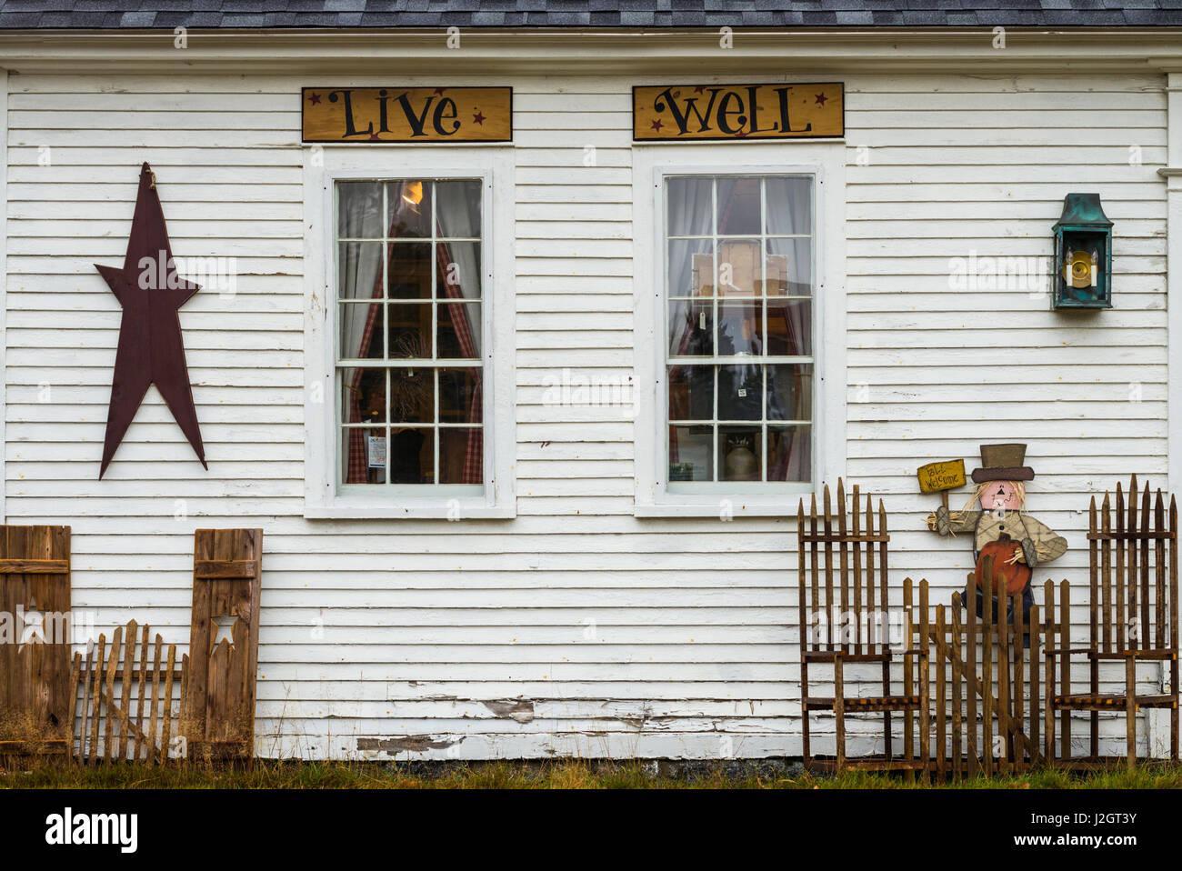 USA, New Hampshire, le lac Winnipesaukee, Campton, magasin d'antiquités avec des signes, bien-vivre Banque D'Images