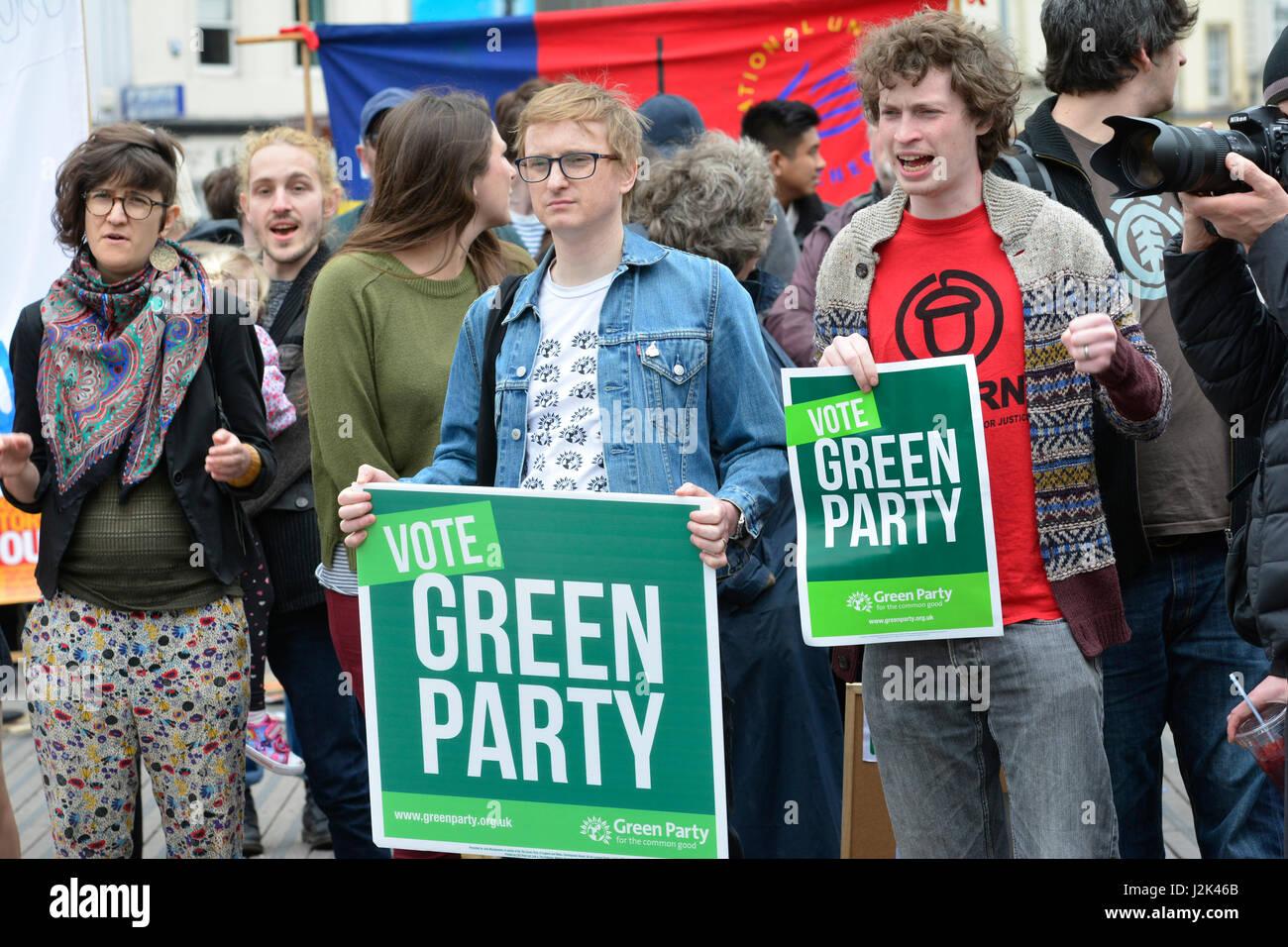 Bristol, Royaume-Uni. Apr 29, 2017. 1ère grande démo de l'aile gauche activists holding conservateurs Photo Stock