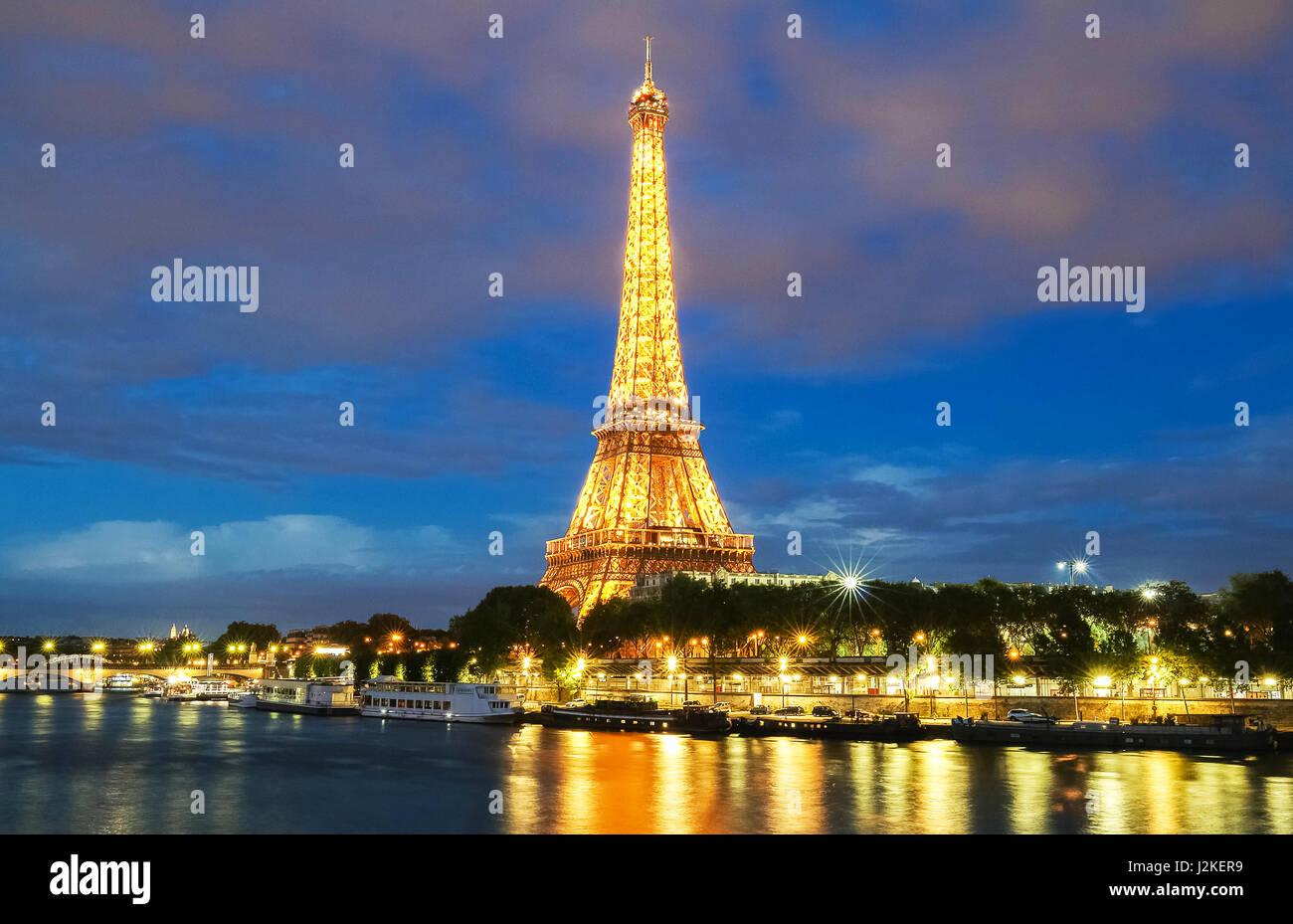 PARIS, France - le 26 avril 2017: Light Show Performance le 26 avril 2017 à Paris. La Tour Eiffel se Photo Stock