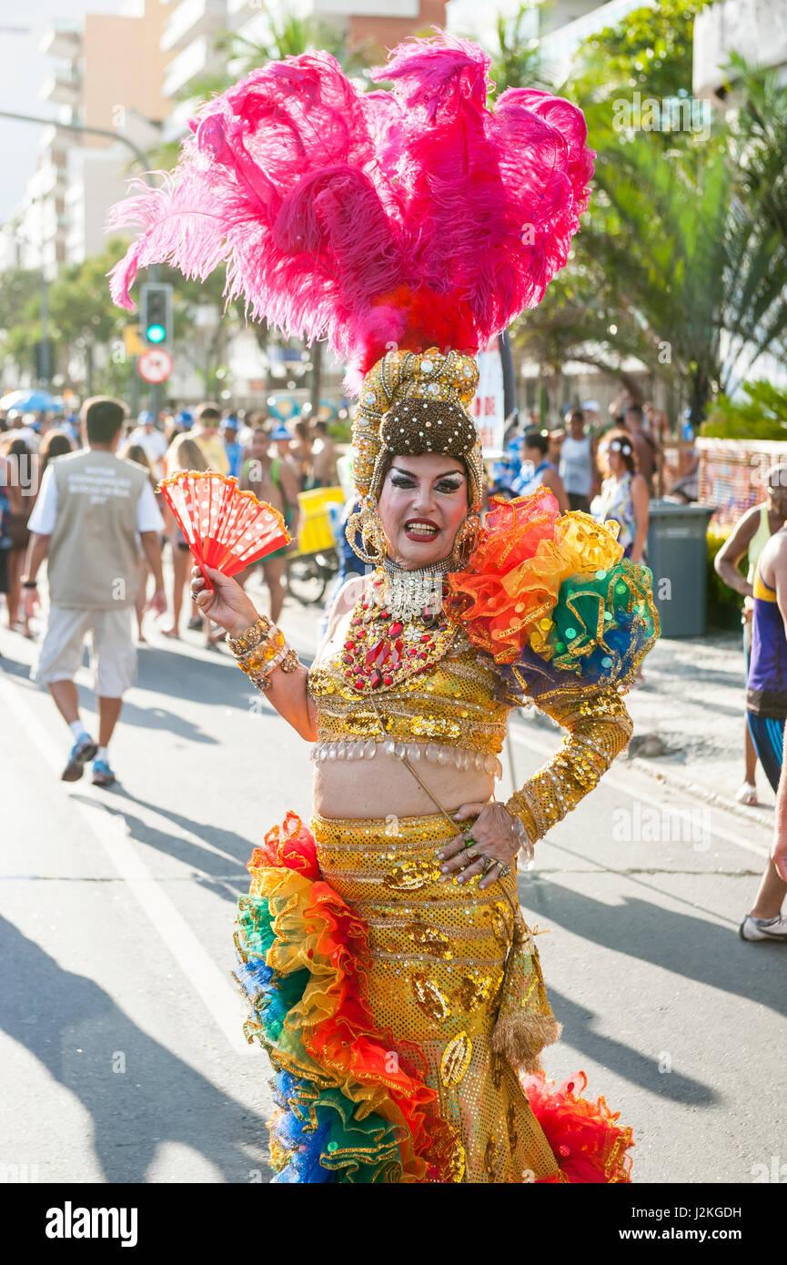 RIO DE JANEIRO - février 11, 2017: Les Brésiliens en costumes flamboyants se rassemblent à Photo Stock