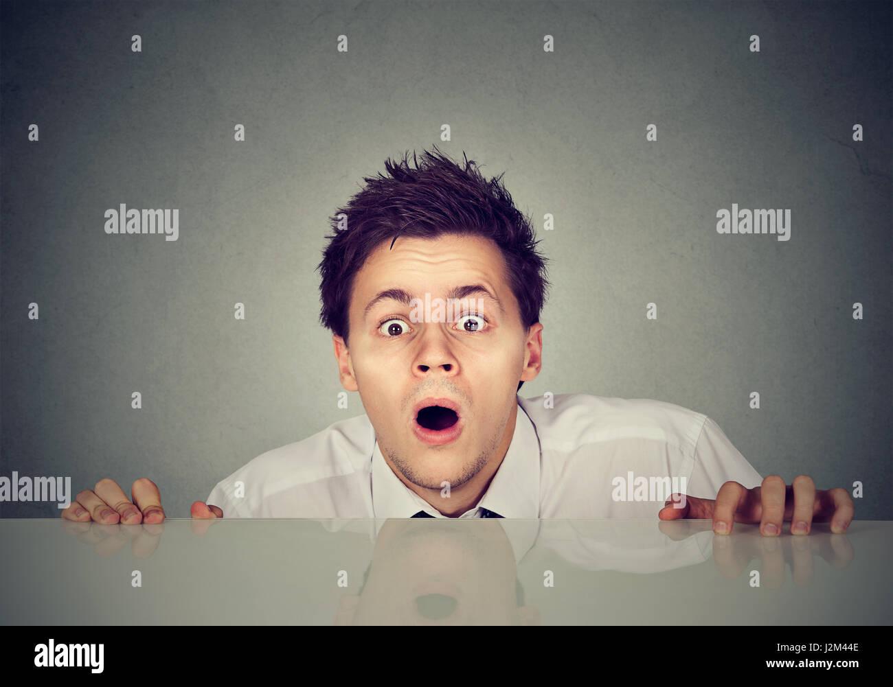 Jeune homme inquiet regarde camera Photo Stock