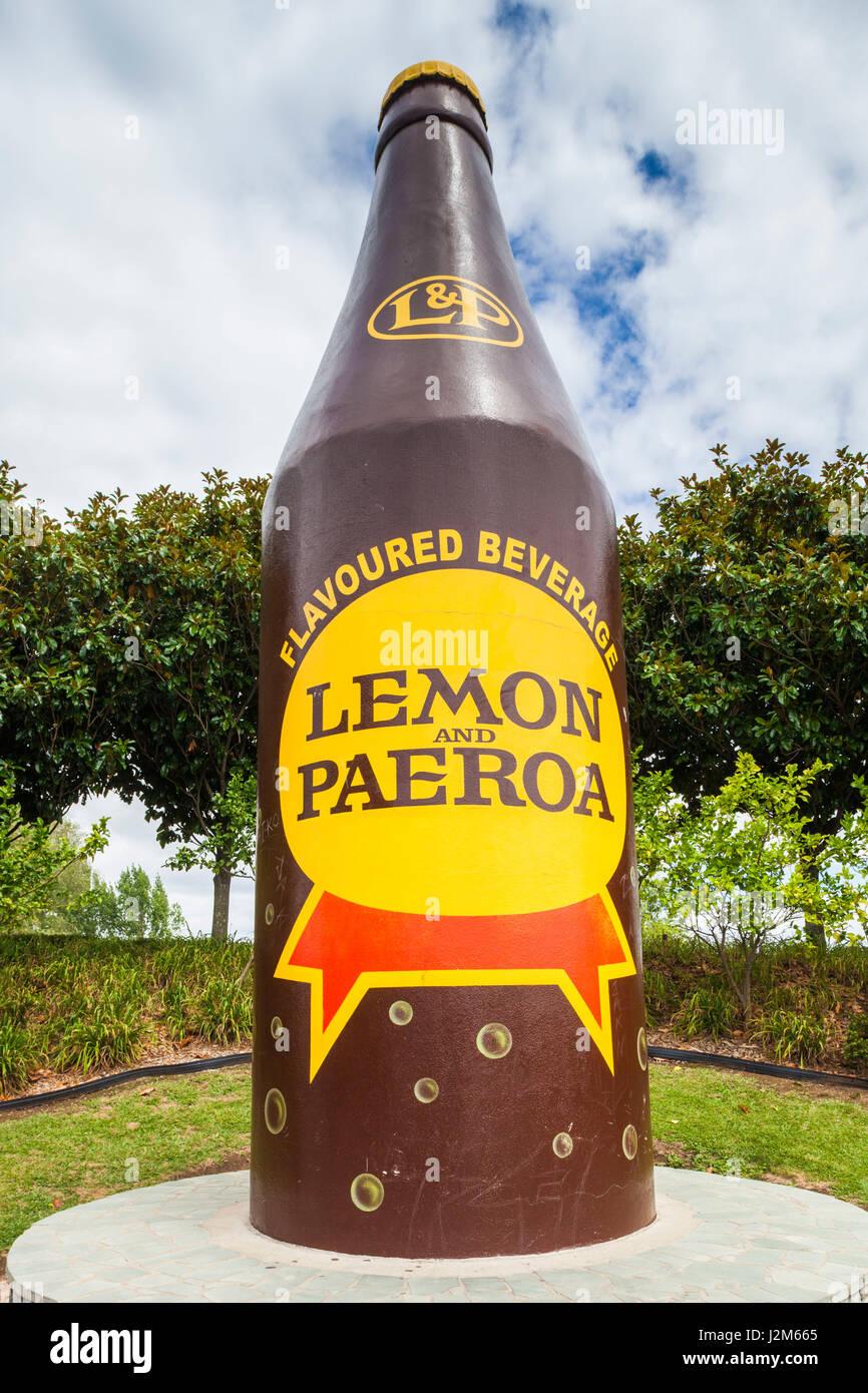 Nouvelle Zélande, île du Nord, Paeroa, L et P, de citron et de Paeroa bouteille de boisson, d'abord Photo Stock