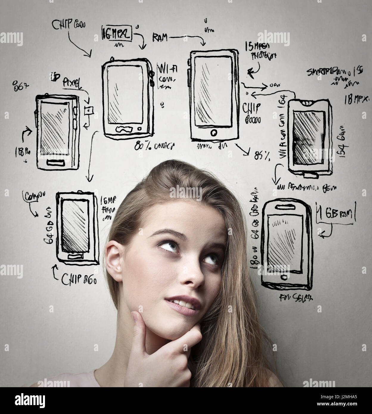 Femme de penser à son nouveau téléphone Photo Stock