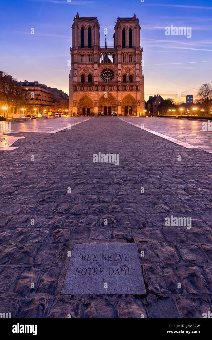 La cathédrale Notre Dame de Paris au lever du soleil. Ile de la Cite, Parvis Notre Dame (Place Jean-Paul II), Photo Stock