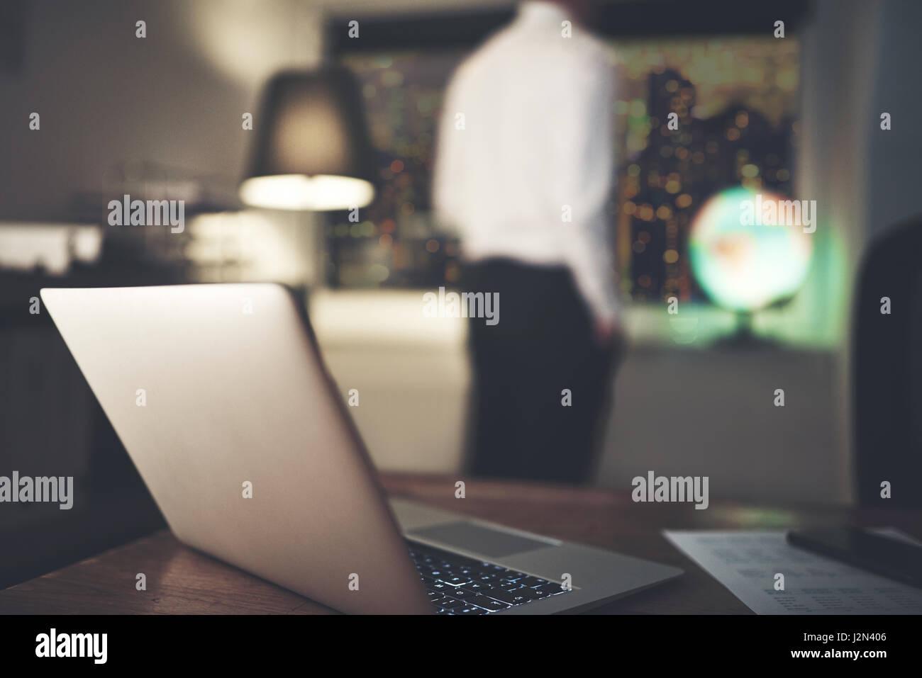 La pensée comptable et à la fenêtre à dans son bureau de nuit. Banque D'Images