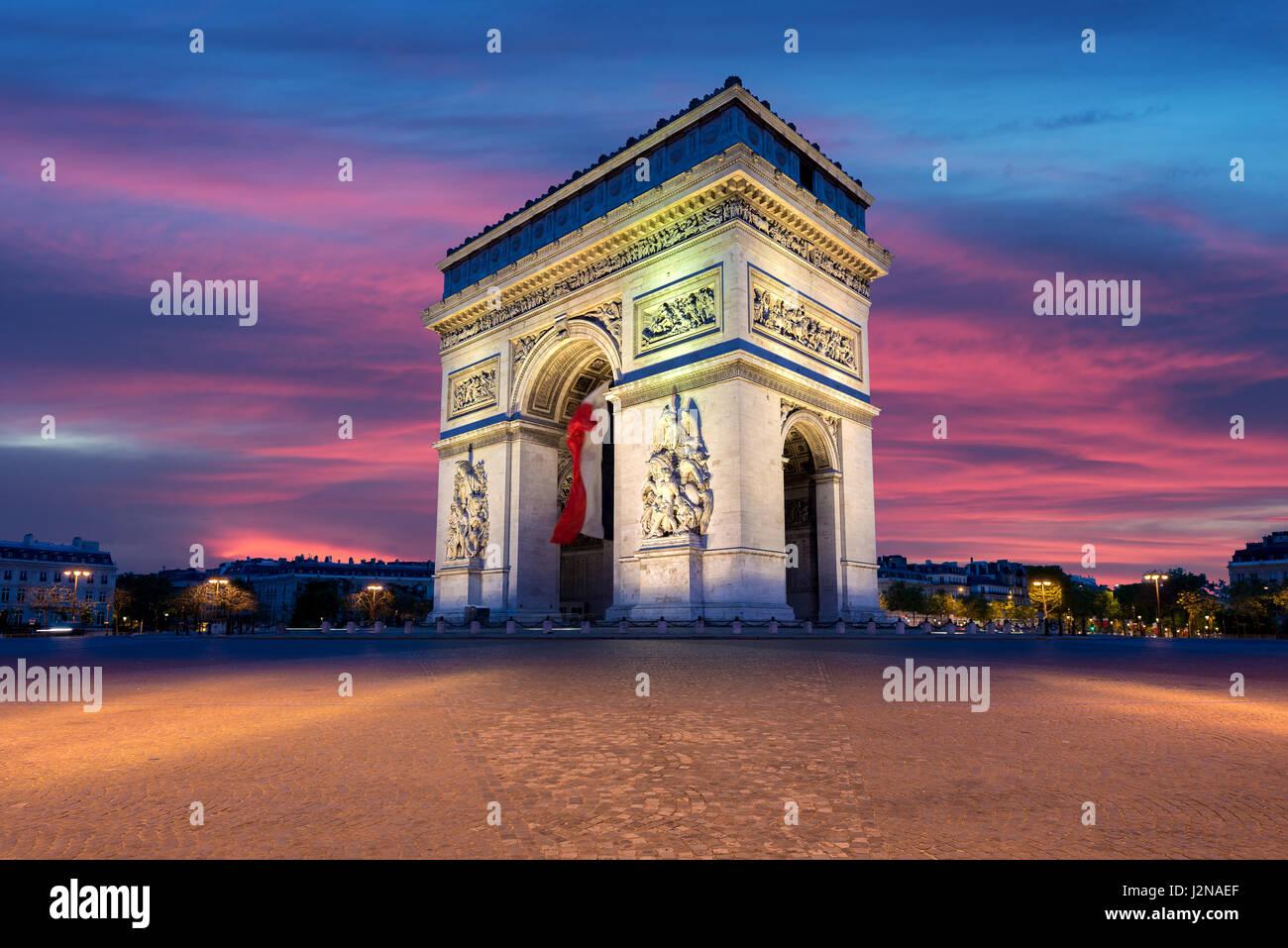 Arc de Triomphe et des Champs Elysées, les points de repère dans le centre de Paris, au coucher du soleil. Photo Stock