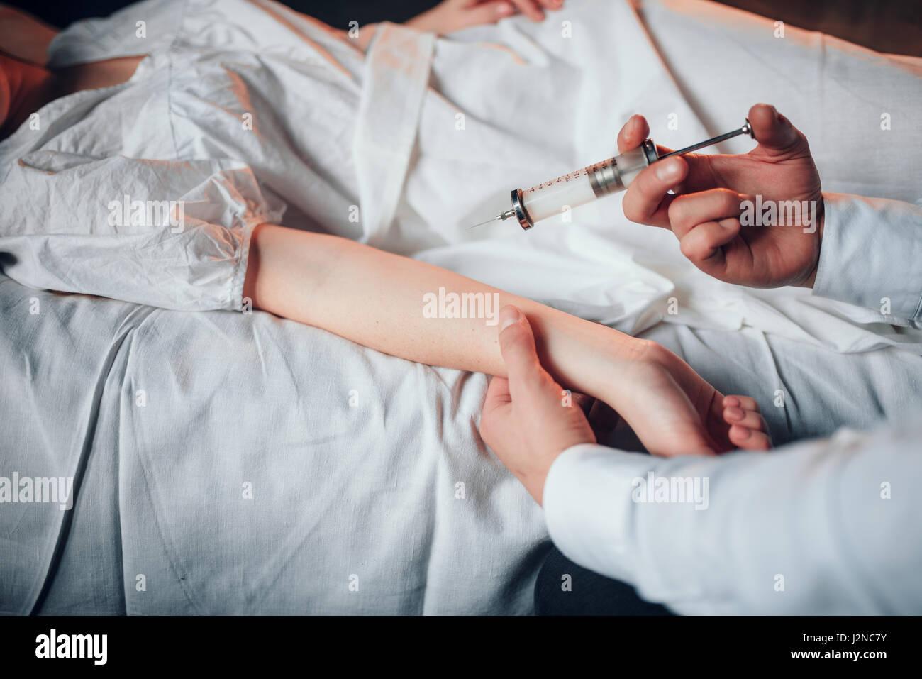 Medecin Homme Rend L Injection Seringue De Femme Malade Dans Lit D