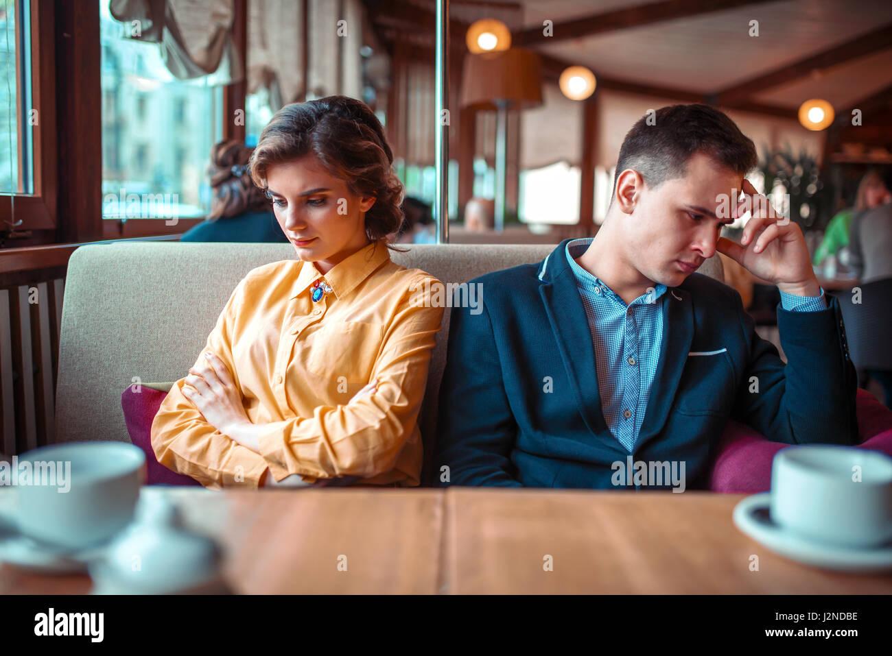 Couple dans une mauvaise humeur assis dans un restaurant. Relation homme et femme Photo Stock