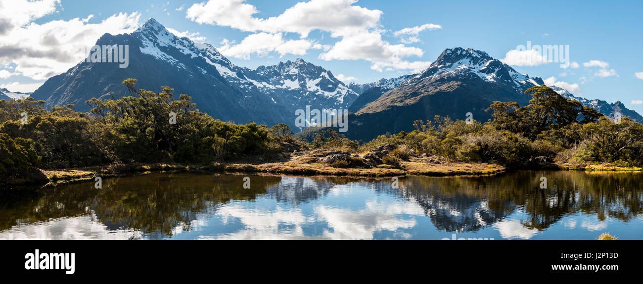 Petit lac de montagne avec la réflexion de la chaîne de montagnes, le Mont Christina, Mont St, Mont Lyttle, Photo Stock
