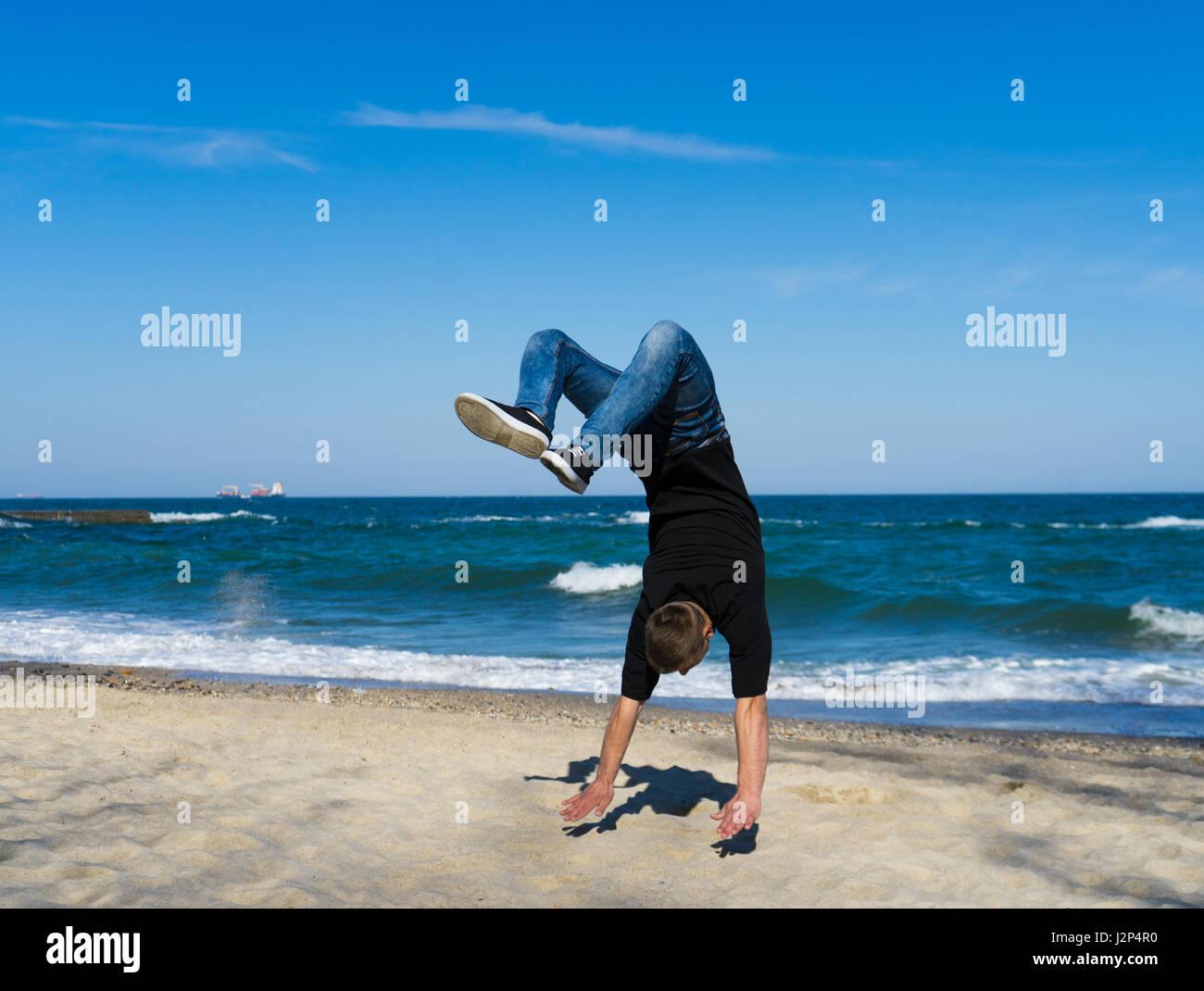 Jeune homme parkour faisant retourner ou somersault Photo Stock