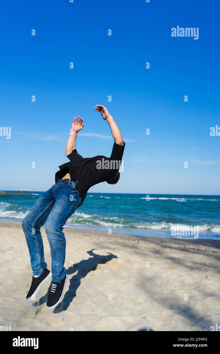 Jeune homme parkour faisant retourner ou somersault Banque D'Images