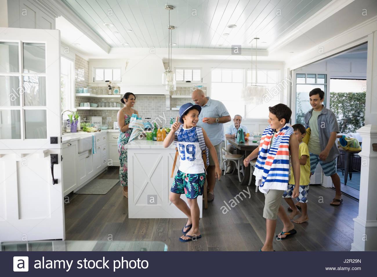 Frères en maillot de bain avec une serviette de plage laissant beach house Photo Stock