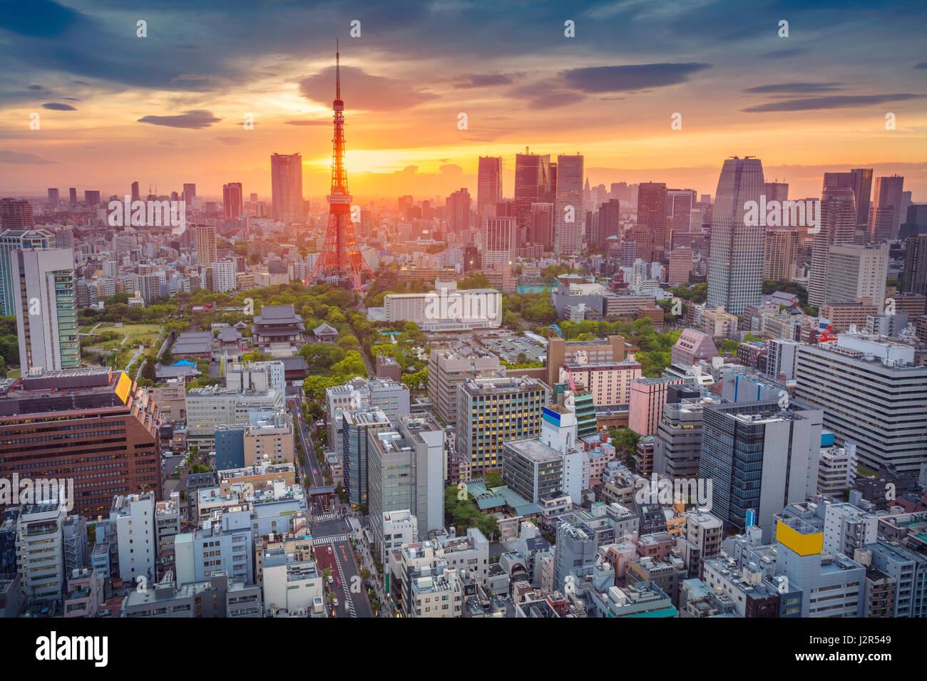 Tokyo. Cityscape de droit de Tokyo, au Japon pendant le coucher du soleil. Photo Stock