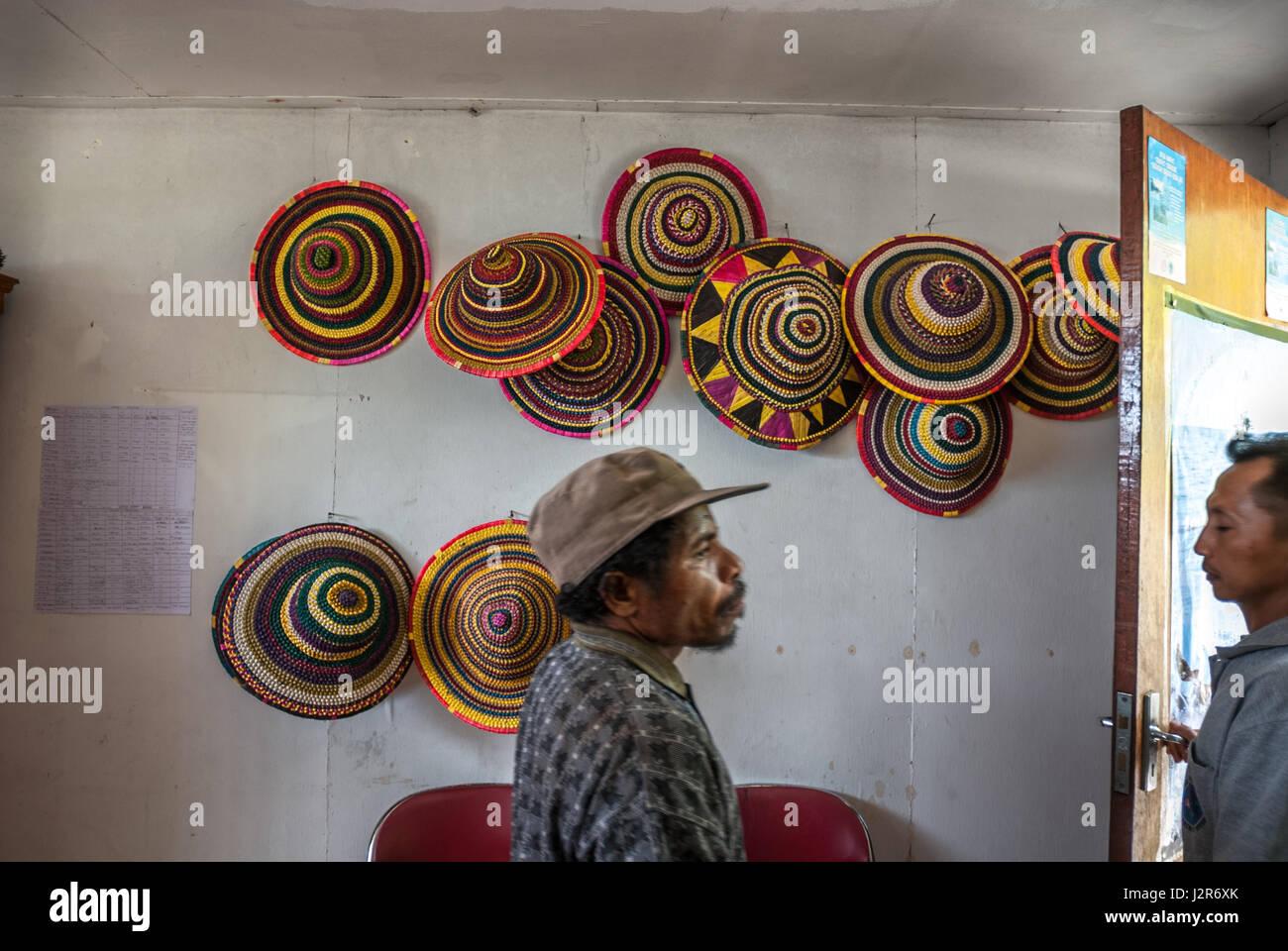 Faites à la main des chapeaux pour les touristes, développé comme une source alternative de revenus Photo Stock