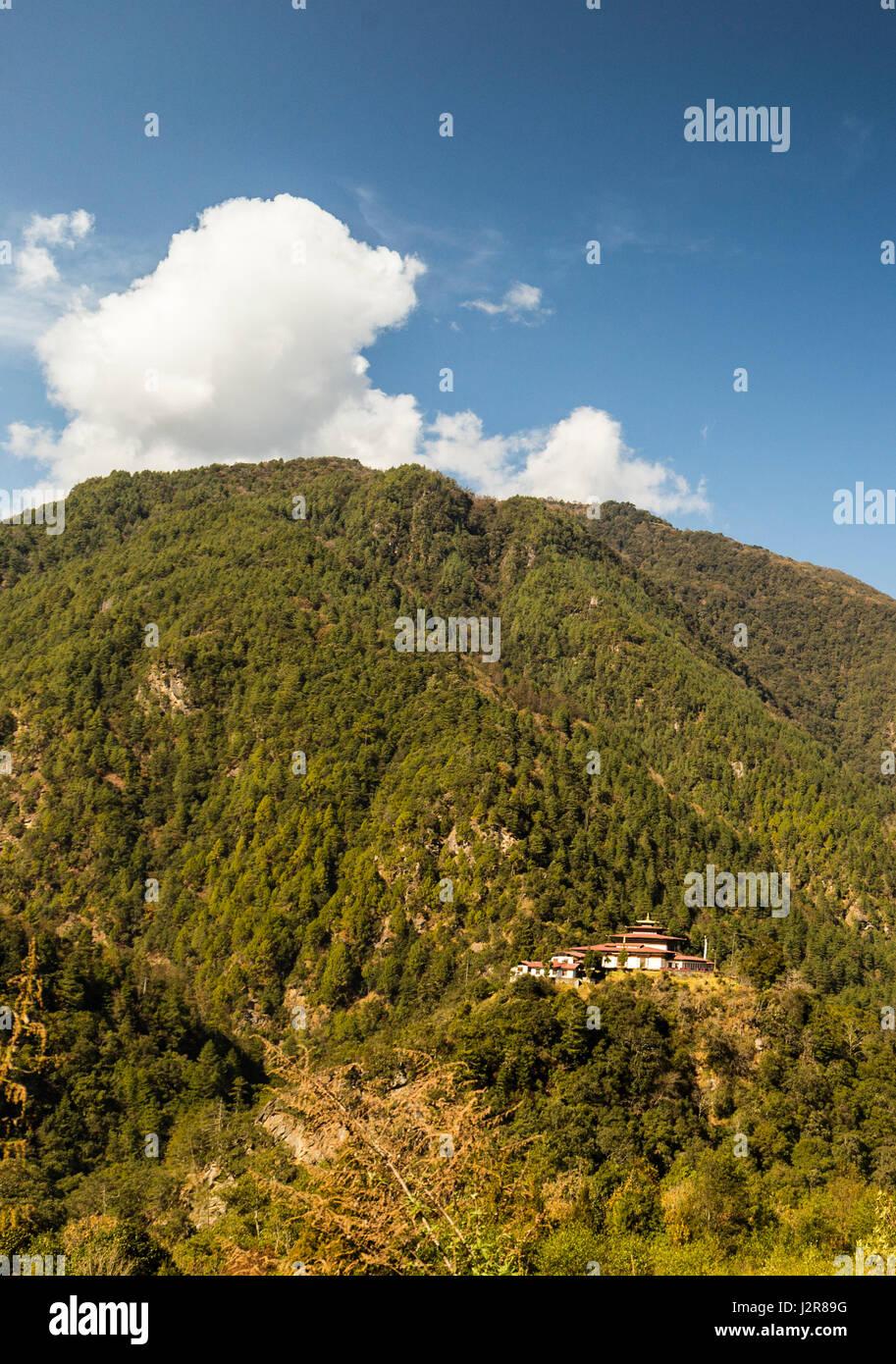 Dzong sur une colline au Bhoutan Photo Stock