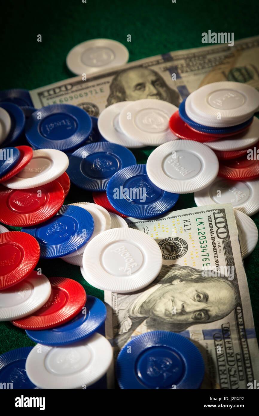 Grand Pot au jeu de Poker avec la Trésorerie et plaquettes Banque D'Images