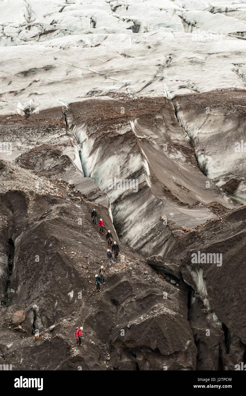 Visite guidée, randonneurs marchant au-dessus d'un glacier, calotte glaciaire, Svinaflsjokull, glacier de sortie du glacier Vatnajokull, Islande. Banque D'Images