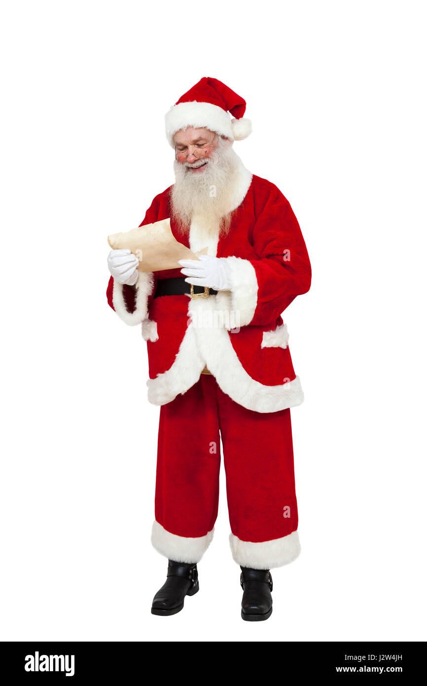 Santa Claus (corps entier) la lecture d'une liste de souhaits (isolé) Photo Stock