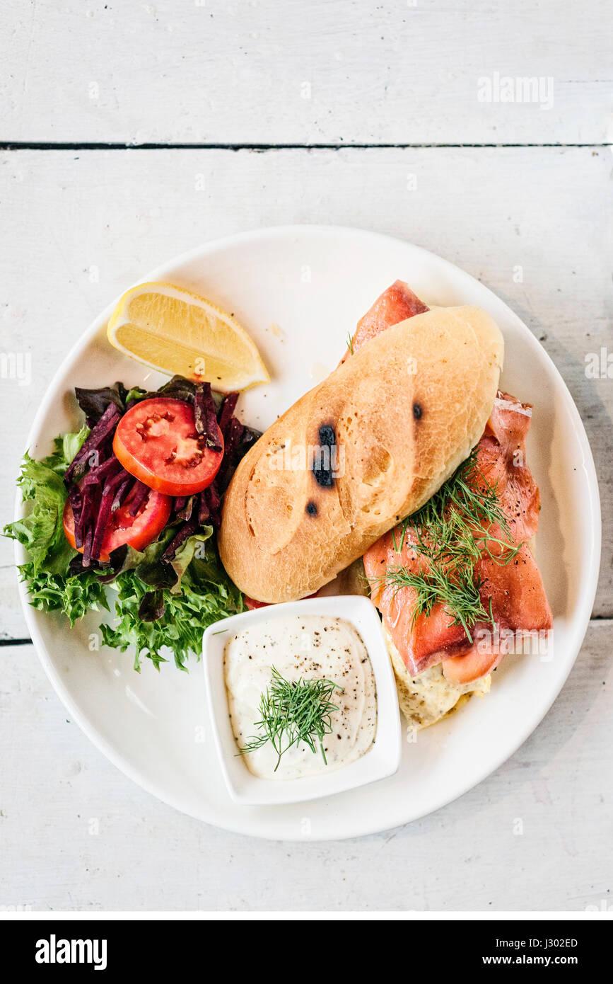 Frais et sain scandinaves sandwich au saumon fumé avec des œufs et de la crème sure set meal Photo Stock