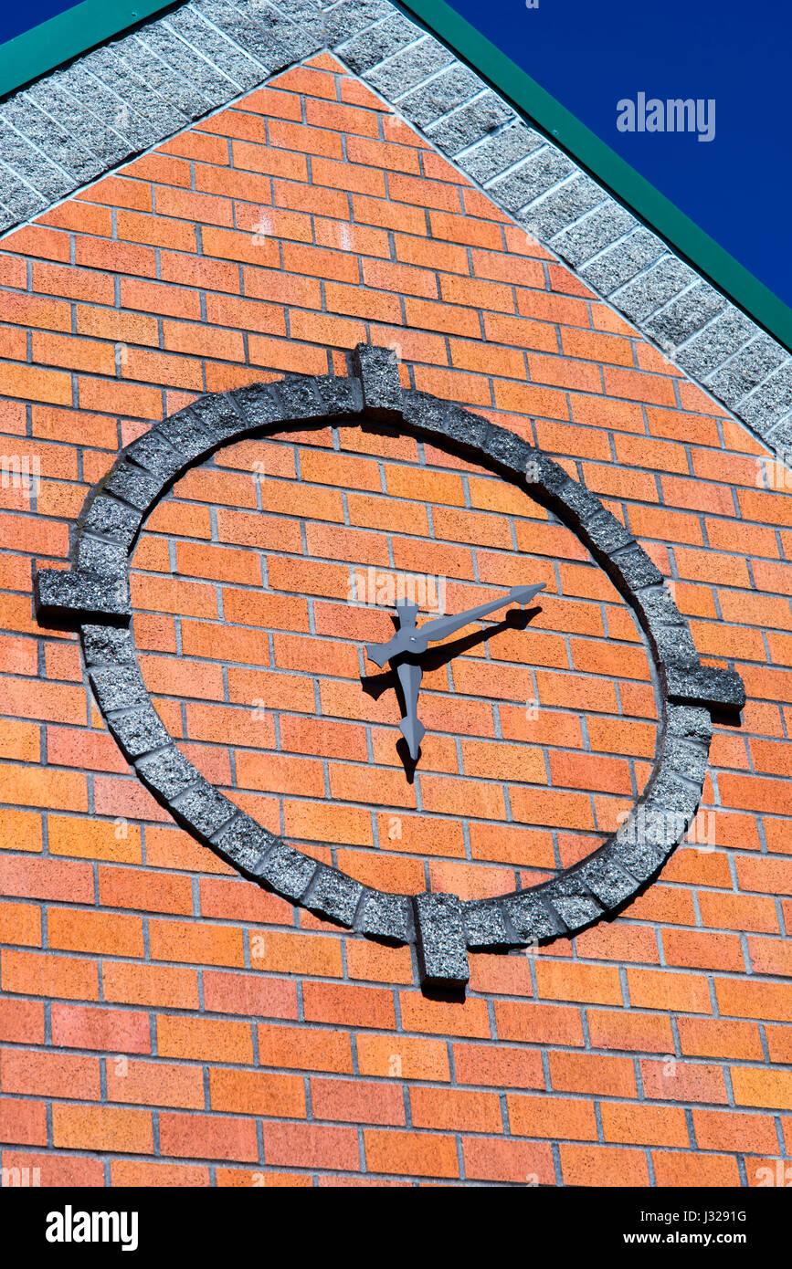 Utilisation de l'horloge stylisée avec ces flèches dans un cercle bordé de blocs de pierre sur Photo Stock
