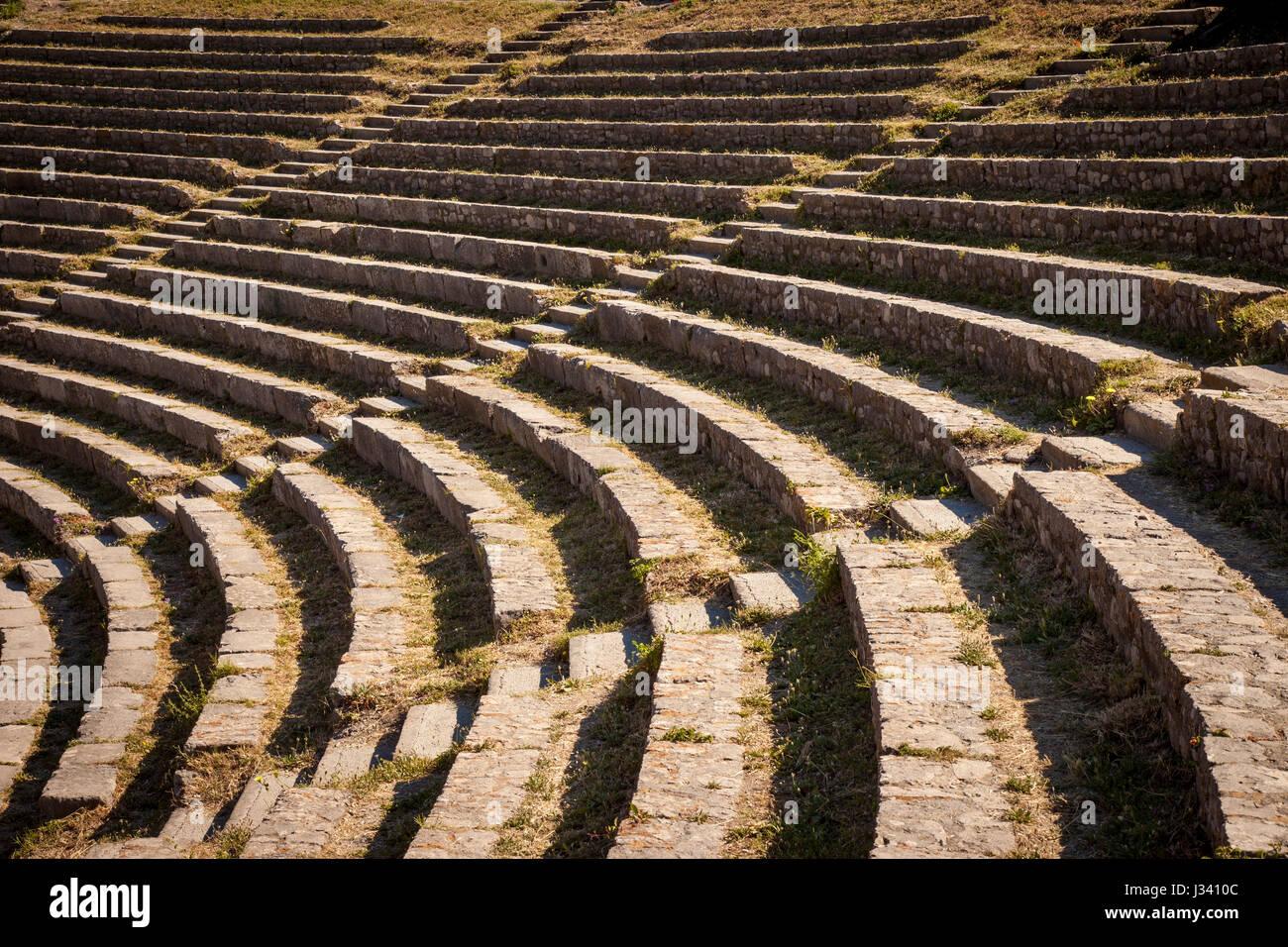 Rangées de sièges au Teatro Greco (Théâtre grec - 3e s. BC), Taormina, Sicile, Italie Photo Stock