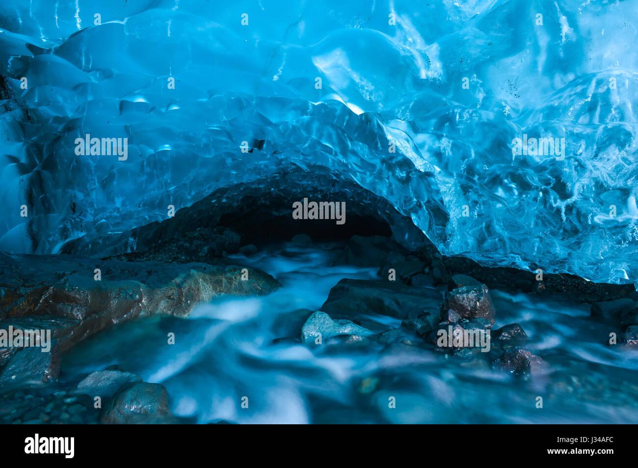 Une grotte de glace, formé sous le glacier de Vatnajokull (un des plus grands glaciers dans le monde) baignée Photo Stock