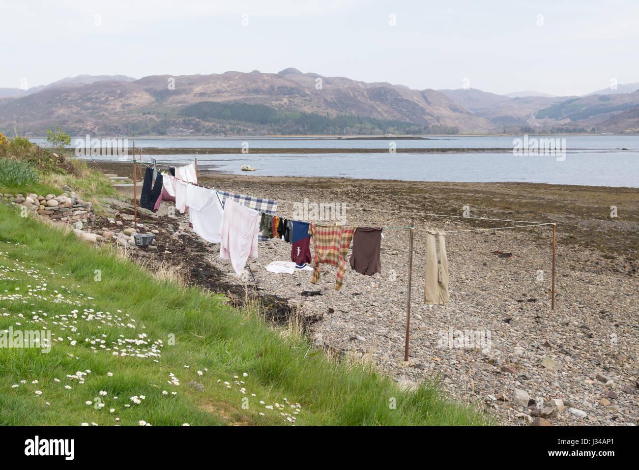 Le séchage des vêtements sur la ligne de lavage sur la plage à Lochcarron dans les Highlands écossais Photo Stock