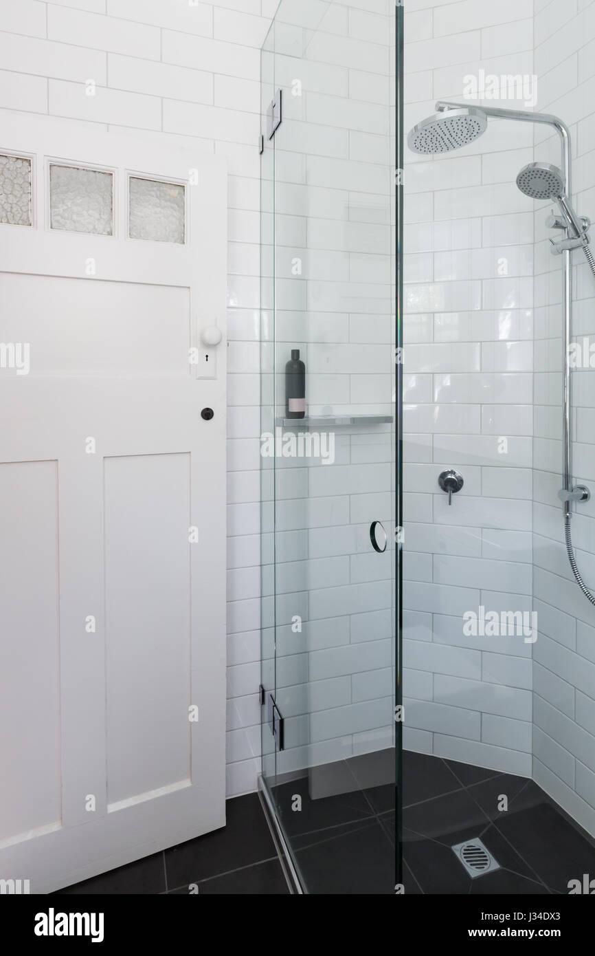 Douche dans la salle de bains moderne blanc avec motif brique ...