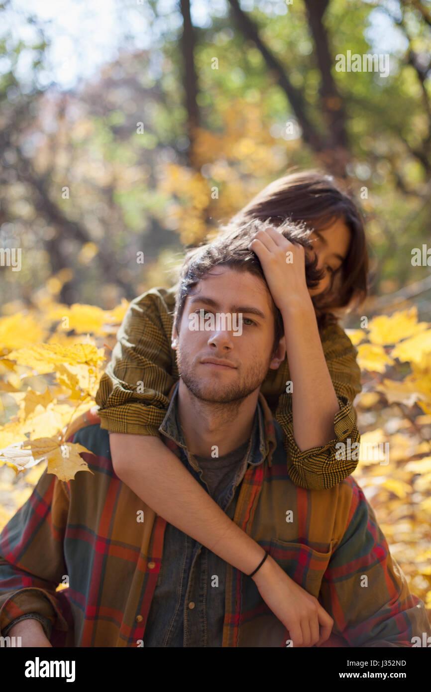 Portrait d'un jeune couple dans un parc Photo Stock