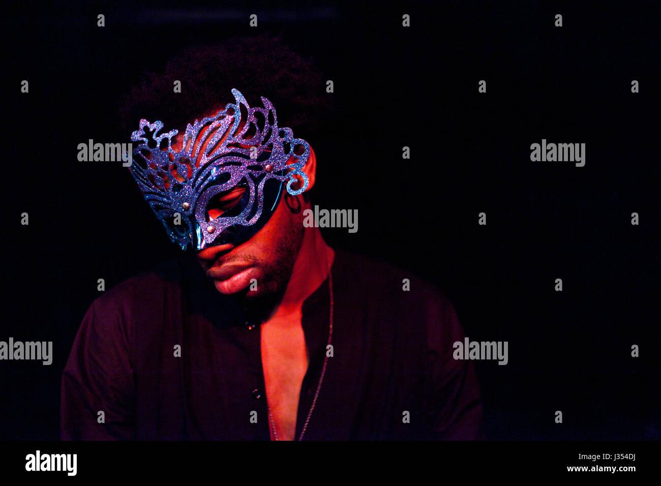 Jeune acteur sur scène dans un masque Photo Stock