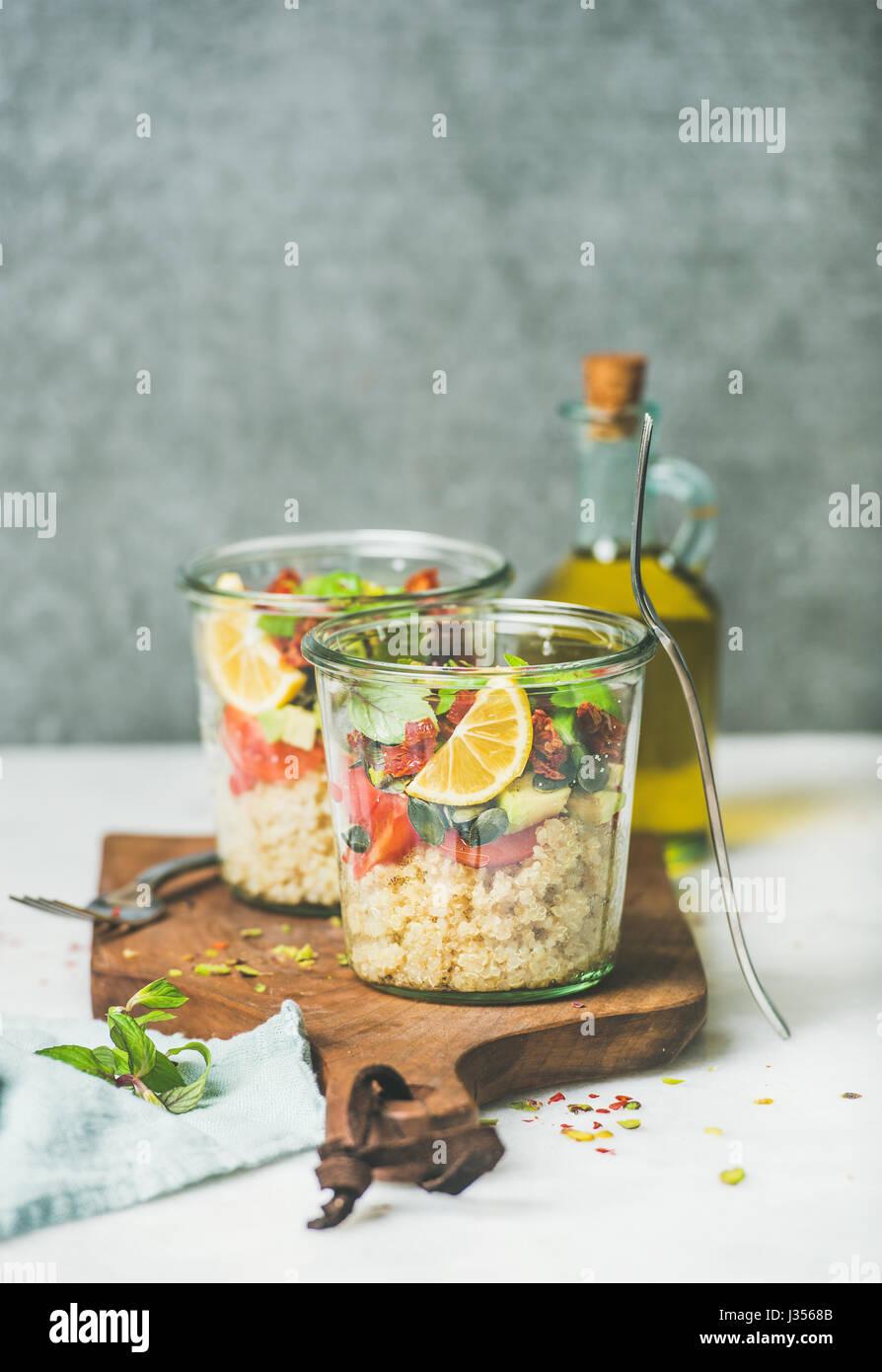 Quionoa avec salade, Avocat, tomates séchées, copy space Photo Stock