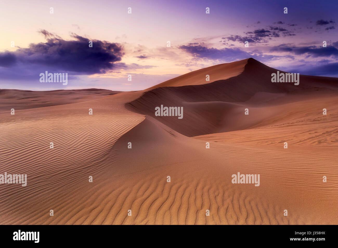 Désert de sable sans vie avec chaîne de dunes au lever du soleil. Stockton Beach dunes de sable dans le Photo Stock