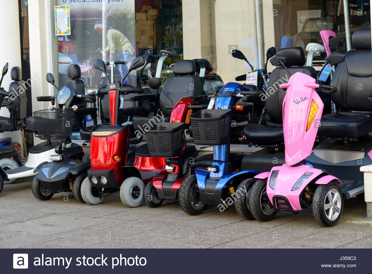 Les scooters de mobilité, Wimborne Minster, Dorset, Angleterre Photo Stock