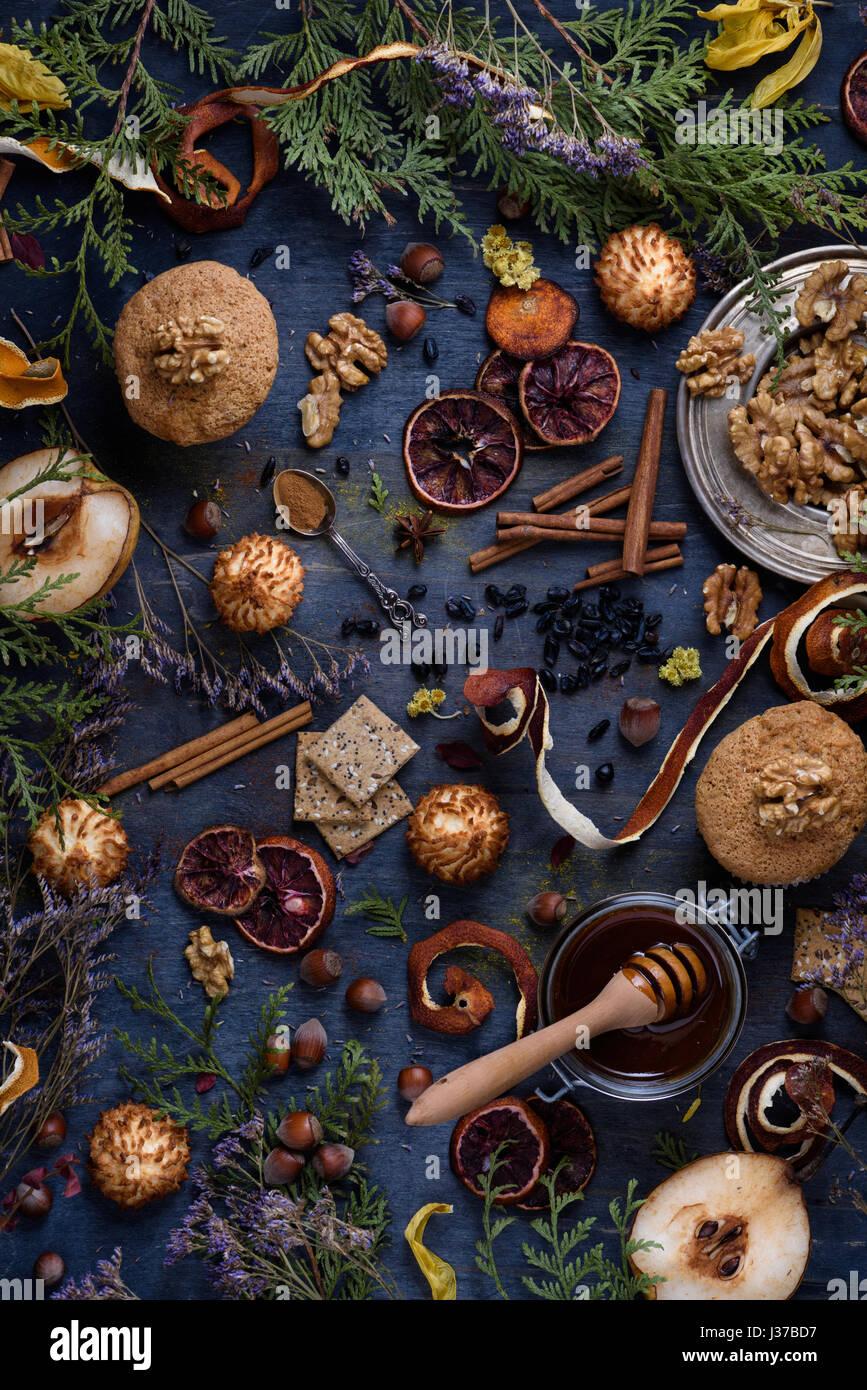 Pâtisserie fraîchement préparés avec des ingrédients sur une table en bois bleu. Ambiance Photo Stock