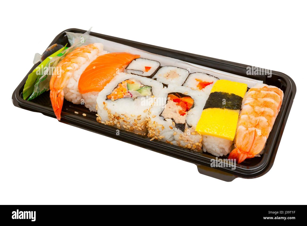 Ensemble d'un assortiment de sushi servi dans une boîte en plastique Banque D'Images