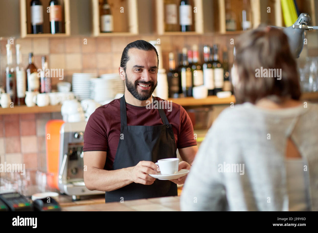 Homme ou waiter serving customer in coffee shop Photo Stock