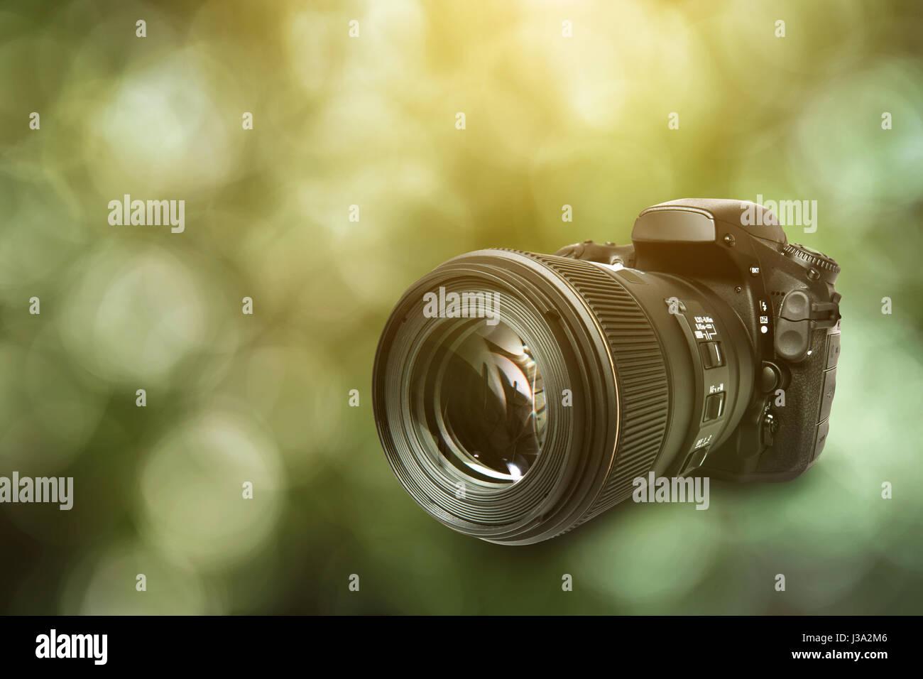Appareil photo reflex numérique sur fond vert Banque D'Images