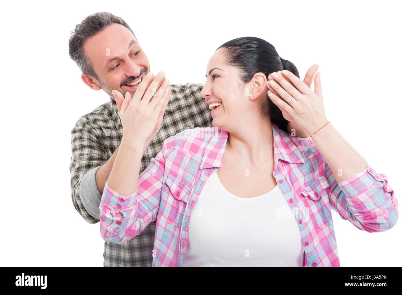 Homme étonnant sa belle petite amie de derrière isolé sur fond blanc Photo Stock