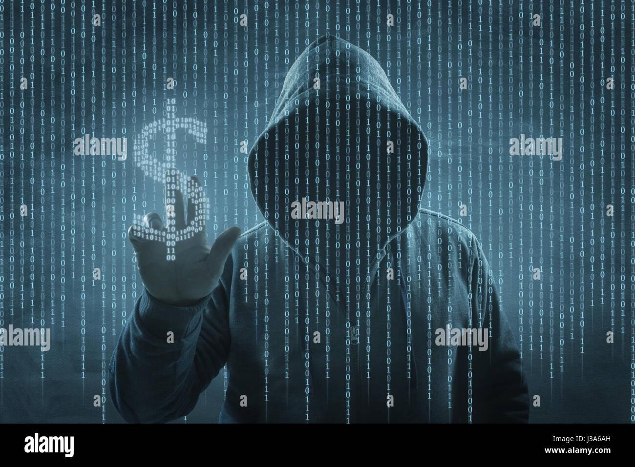 Hacker sur un écran avec le code binaire Photo Stock