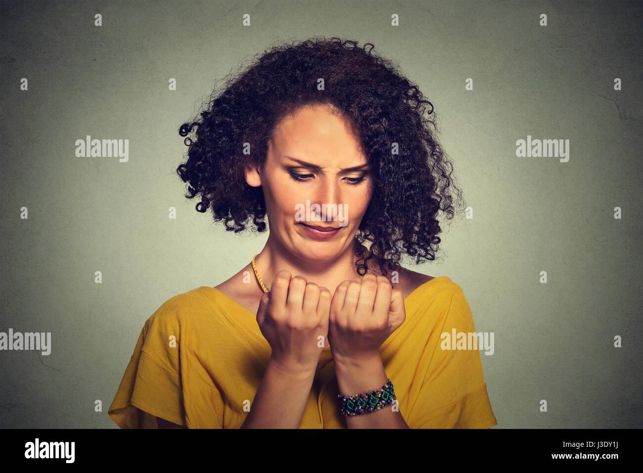 Closeup portrait worried woman à mains à l'obsession de la propreté des ongles des doigts isolé Photo Stock