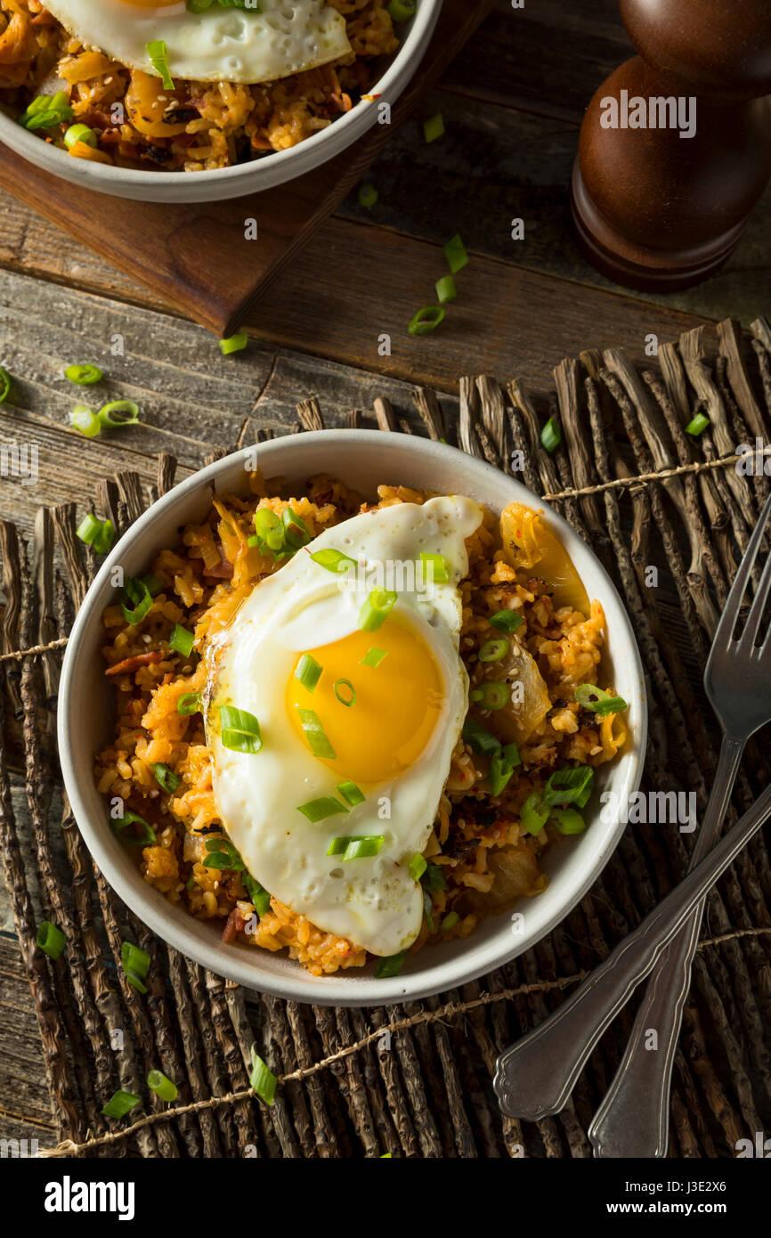 Kimchi coréen fait maison avec un oeuf Riz frit Photo Stock