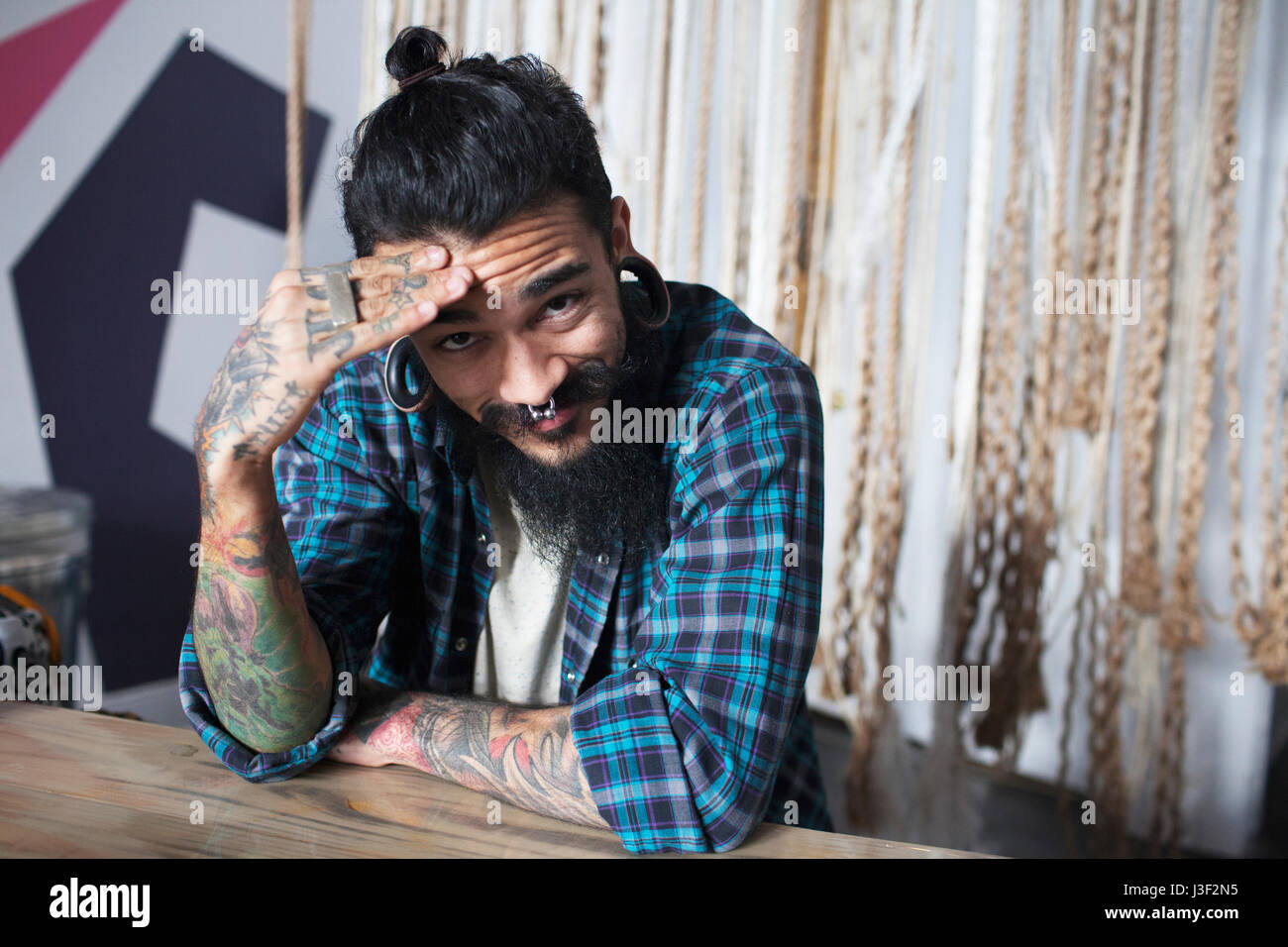 Fortement tattooed man Banque D'Images